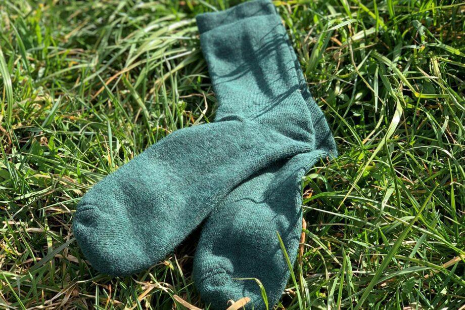 Woolpower Socks 400 in Forest Green auf dem Rasen