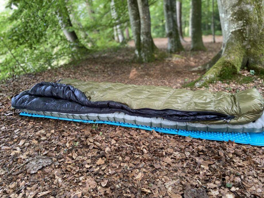 Daunenschlafsack cumulus lite line 200 gruen, im wald auf Laubboden auf blauem Zlite und xtherm thermarestmatte